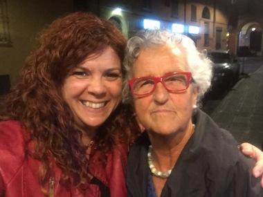 Fotografia de Roser Capdevila (il·lustradora) i Susana Peix a Bolonia (Itàlia)